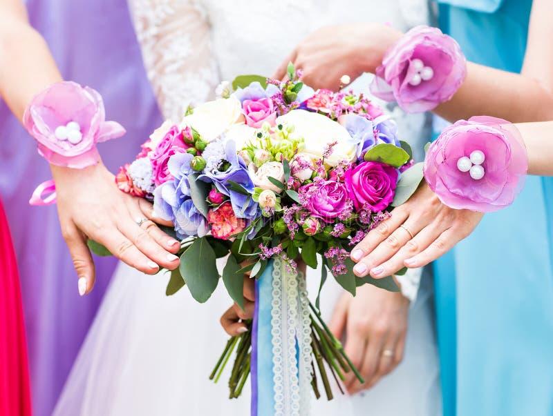 Feche acima do ramalhete da noiva e das damas de honra fotos de stock