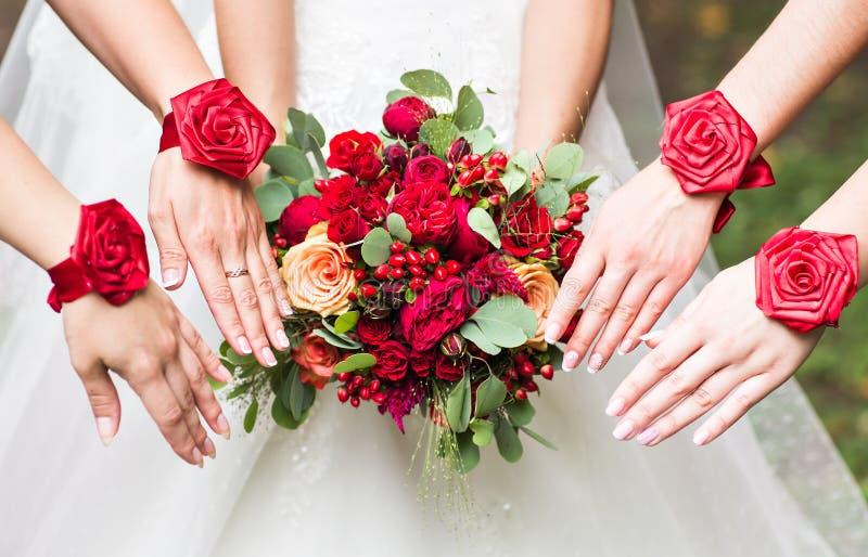 Feche acima do ramalhete da noiva e das damas de honra imagens de stock
