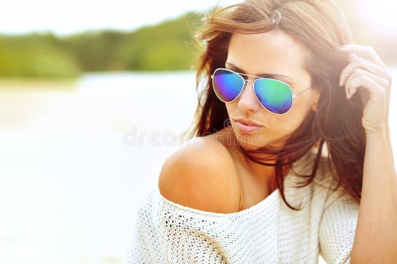 Feche acima do retrato bonito da mulher da forma dos óculos de sol vestindo foto de stock royalty free