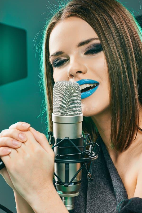 Feche acima do retrato bonito do cantor da mulher foto de stock royalty free