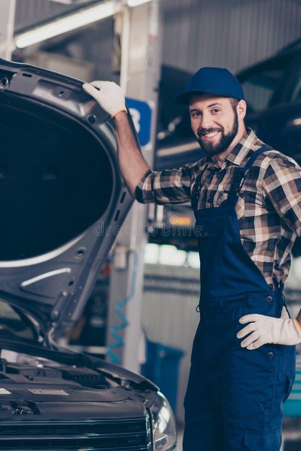 Feche acima do retrato colhido do bearde caucasiano entusiasmado atrativo imagens de stock royalty free
