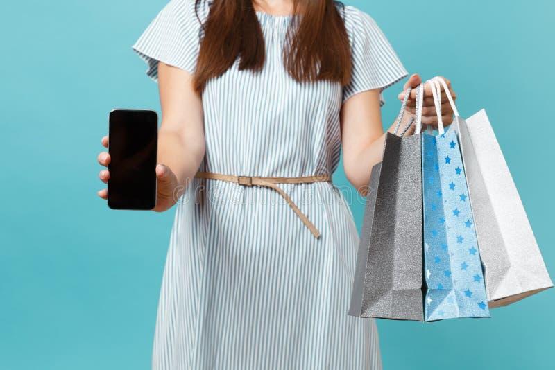 Feche acima do retrato colhido da mulher em sacos dos pacotes da posse do vestido do verão com compras após a compra, telefone ce fotos de stock royalty free