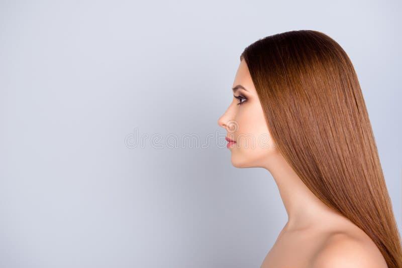 Feche acima do retrato colhido do perfil da senhora bonita nova com smoo fotografia de stock