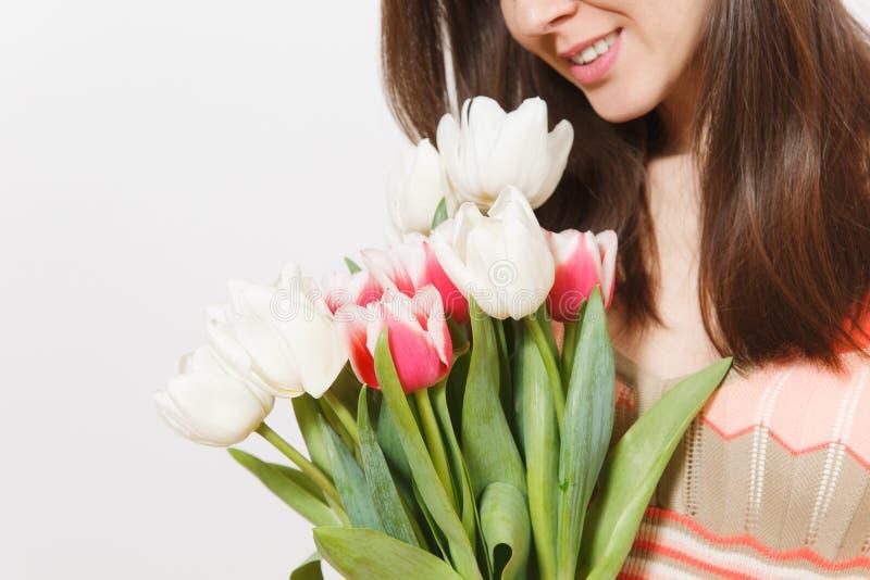 Feche acima do retrato colhido do ramalhete brilhante das tulipas brancas e cor-de-rosa da mola à disposição da menina moreno de  imagens de stock