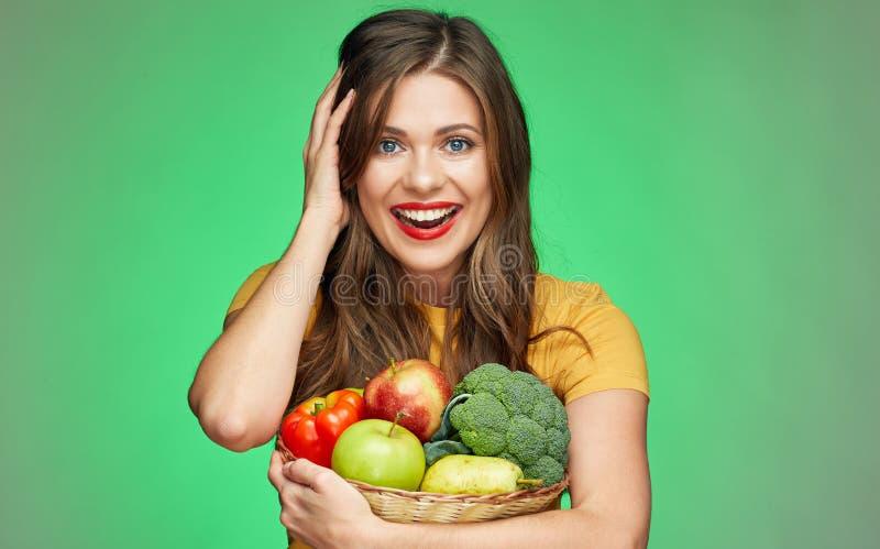 Feche acima do retrato da cara da mulher de sorriso com frutos e vegetabl foto de stock royalty free