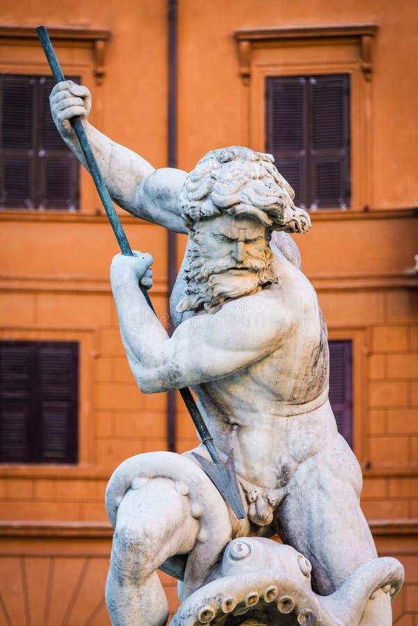 Feche acima do retrato da estátua de Netuno do deus Fonte de Netuno na extremidade do norte do quadrado /Piazza Navona/de Navona  fotografia de stock