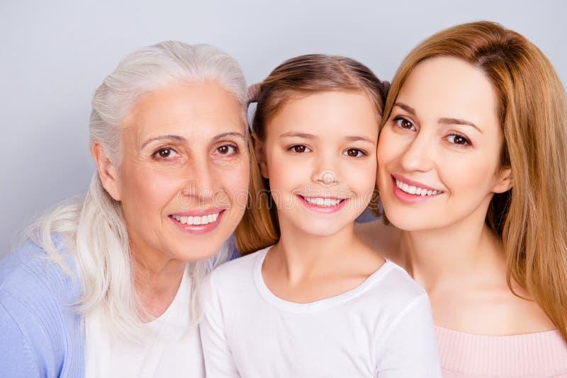 Feche acima do retrato da família amigável agradável doce bonita encantador imagens de stock royalty free