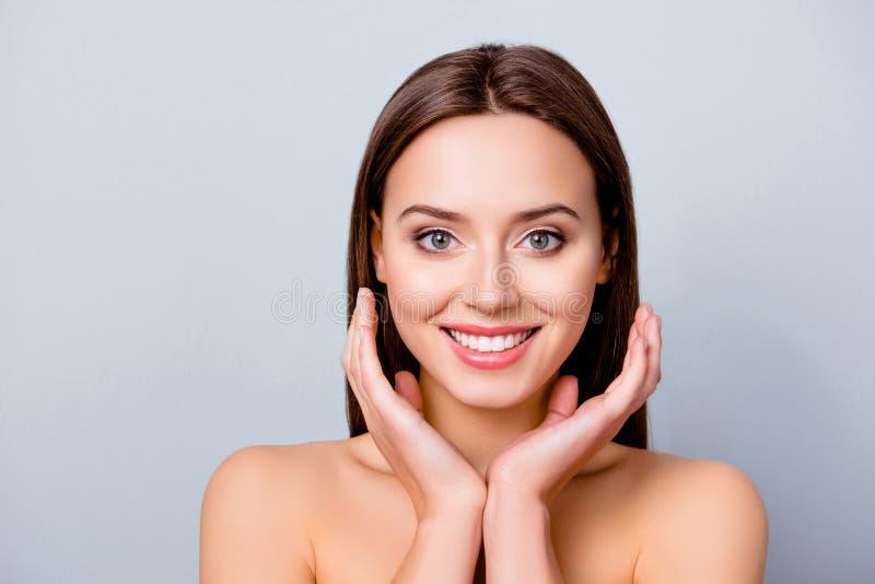 Feche acima do retrato da jovem mulher bonita alegre bonito com excelle foto de stock royalty free
