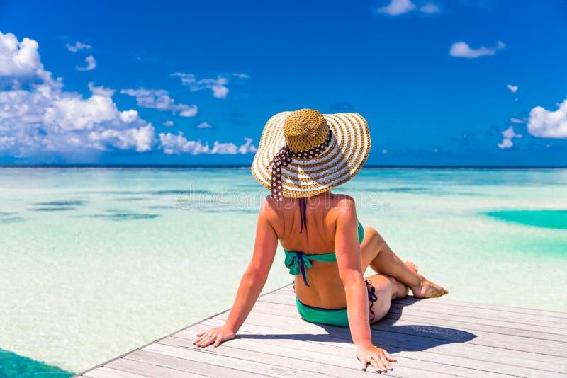 Feche acima do retrato da jovem mulher bonita que aprecia o sol na praia Projeto de conceito do curso do verão Feriado das férias imagens de stock