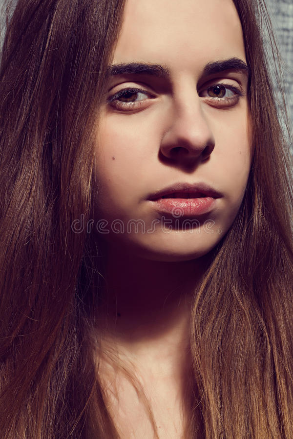 Feche acima do retrato da menina bonita nova cabelo longo Luz-marrom foto de stock