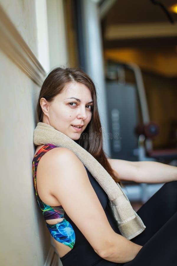 Feche acima do retrato da menina nova de sorriso de encantamento adorável da aptidão com toalha e levantamento ao olhar a câmera  imagens de stock