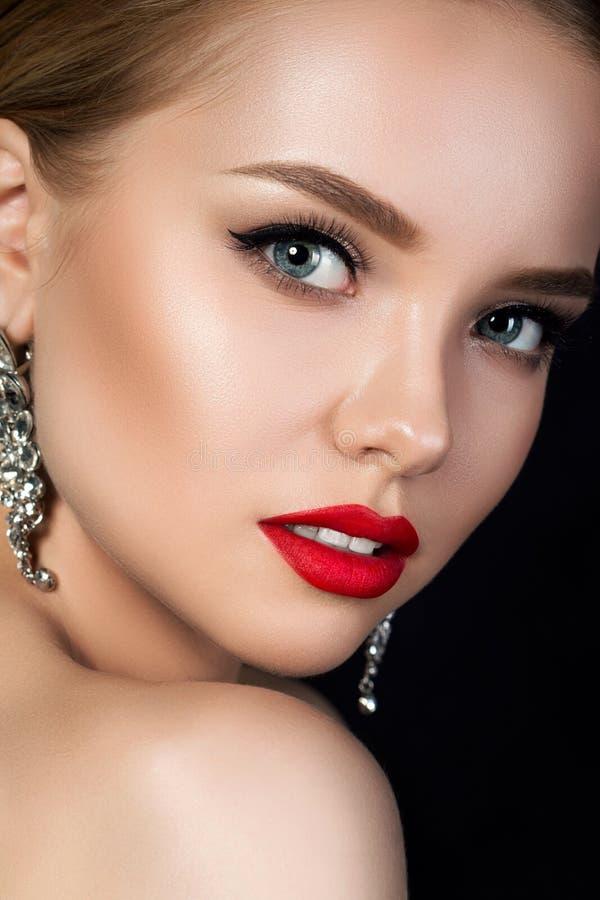 Feche acima do retrato da mulher bonita nova com bordos vermelhos imagens de stock