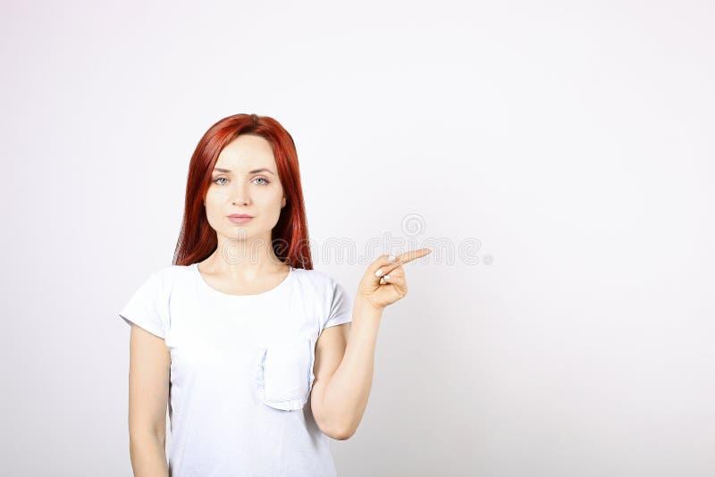 Feche acima do retrato da mulher de negócio nova bem sucedida que levanta e que mostra emoções no fundo branco foto de stock royalty free