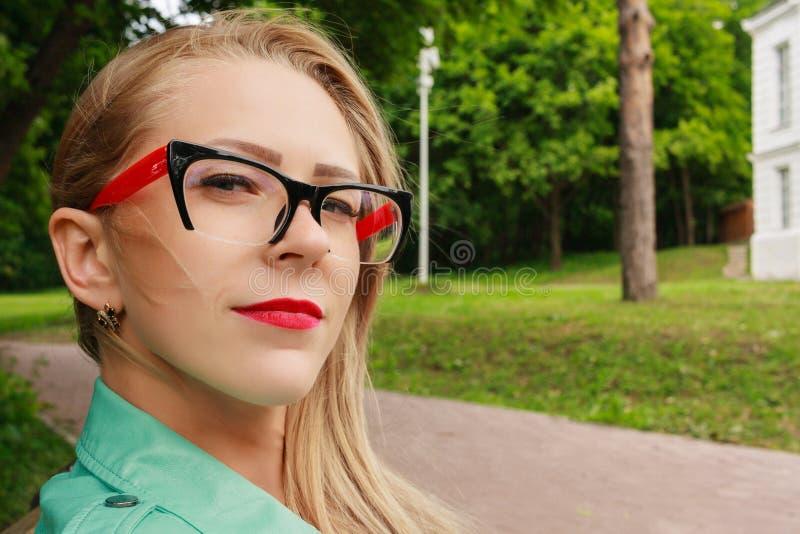Feche acima do retrato da mulher loura sensual, vidros à moda imagem de stock