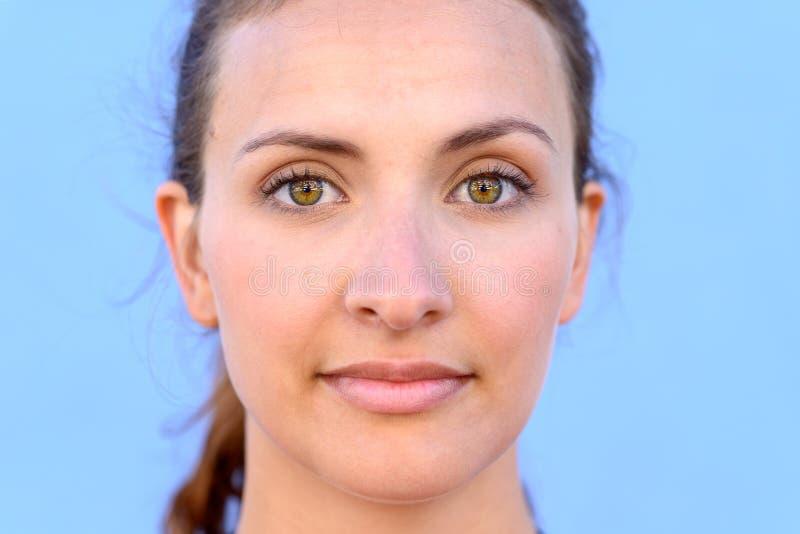 Feche acima do retrato da mulher nova bonita imagens de stock royalty free