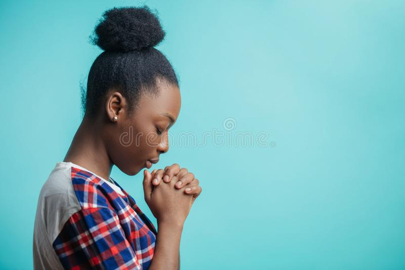 Feche acima do retrato da vista lateral da menina preta com fé vívida fé expiatória foto de stock