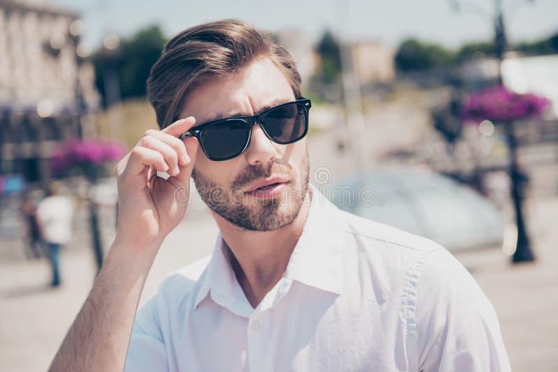 Feche acima do retrato de c sério à moda esperto atrativo considerável fotos de stock royalty free