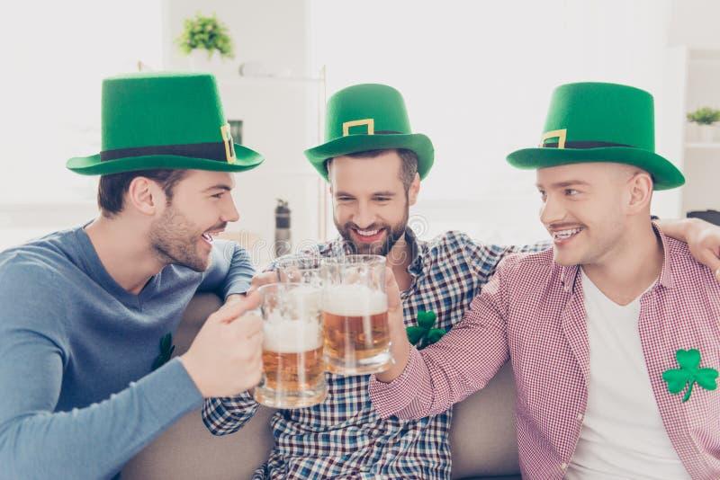 Feche acima do retrato de melhores amigos de riso com vidros na cerveja imagens de stock