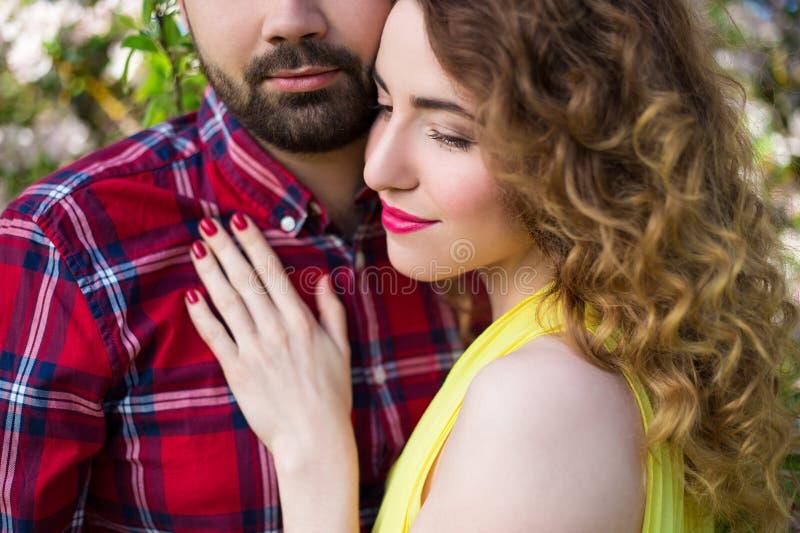Feche acima do retrato de pares bonitos novos no amor fotos de stock