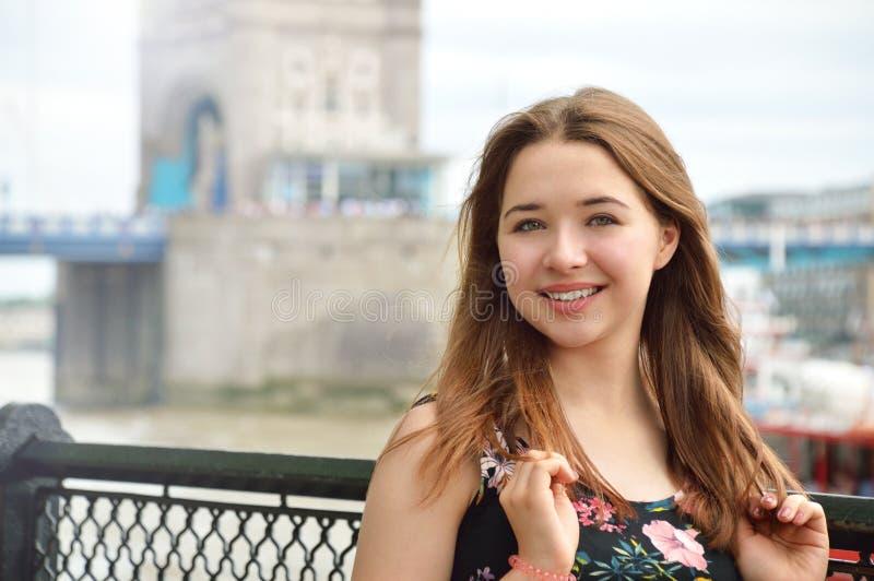 Feche acima do retrato de um adolescente bonito em Londres imagens de stock
