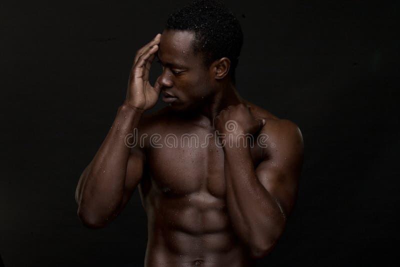 Feche acima do homem americano africano com mão para enfrentar imagem de stock royalty free