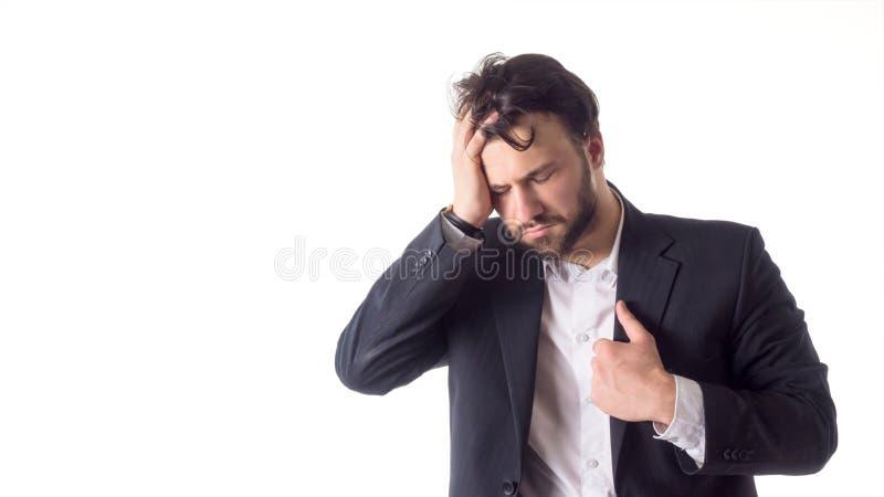 Feche acima do retrato de um homem farpado novo que sofre de uma dor de cabeça forte isolado sobre o fundo branco fotos de stock