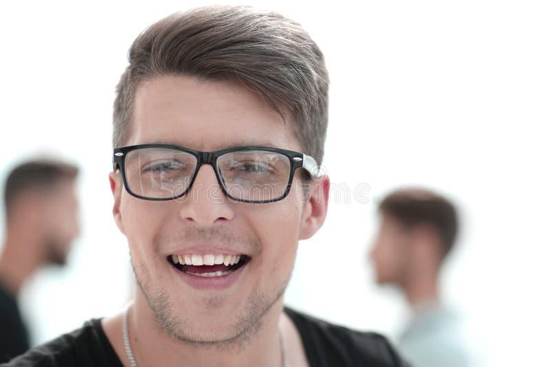 Feche acima do retrato de um indivíduo considerável com um sorriso em sua cara imagem de stock