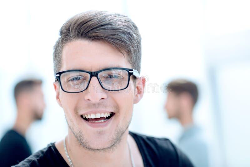 Feche acima do retrato de um indivíduo considerável com um sorriso em sua cara fotos de stock royalty free
