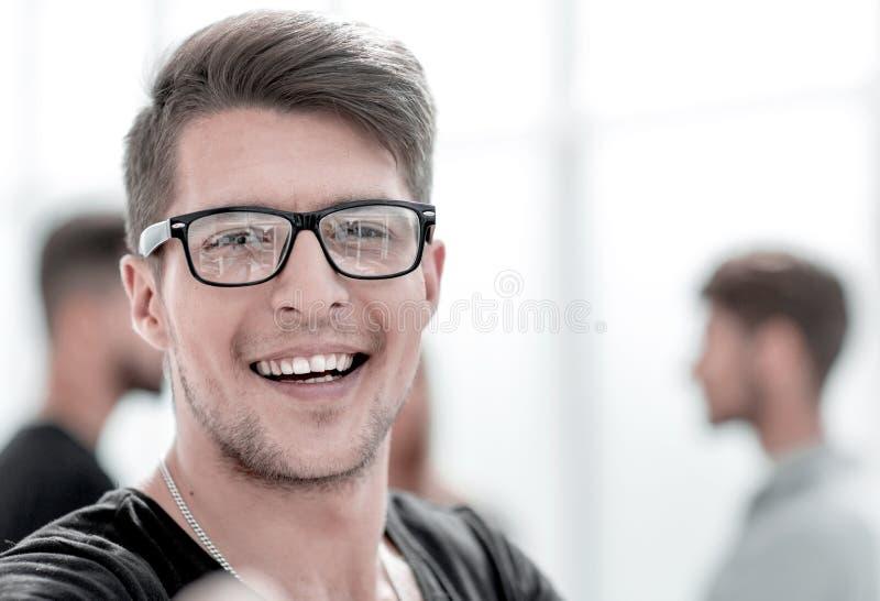 Feche acima do retrato de um indivíduo considerável com um sorriso em sua cara fotografia de stock royalty free