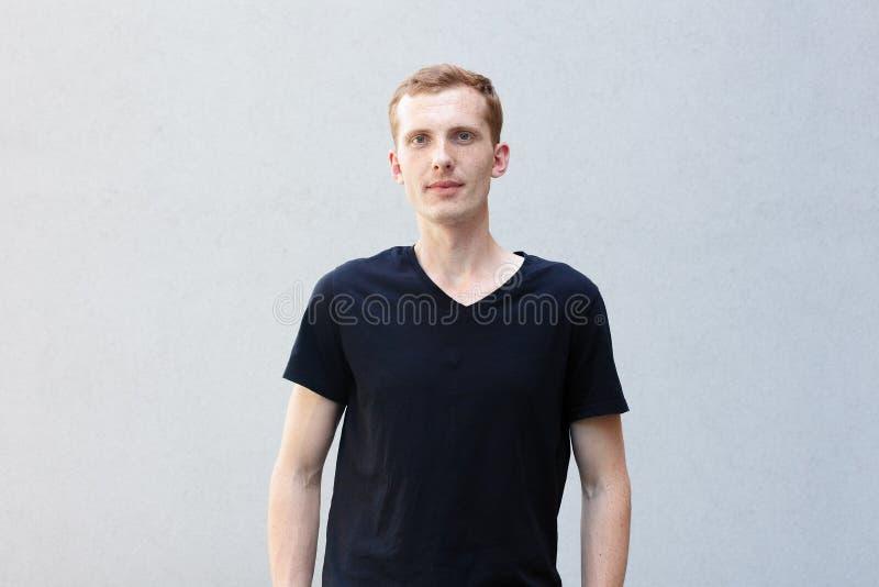 Feche acima do retrato de um ruivo de um indivíduo viril bonito com sardas fotos de stock royalty free