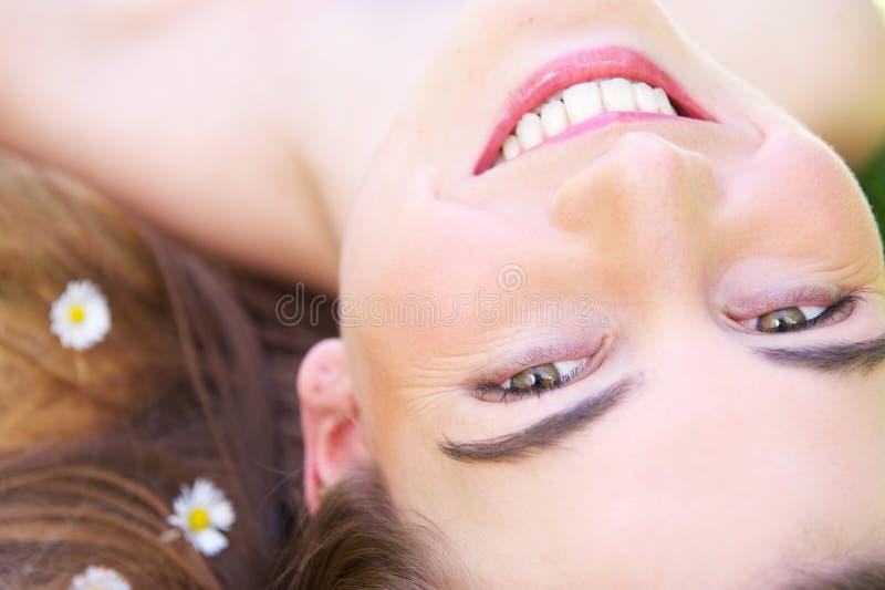 Feche acima do retrato de um sorriso bonito da jovem mulher imagem de stock