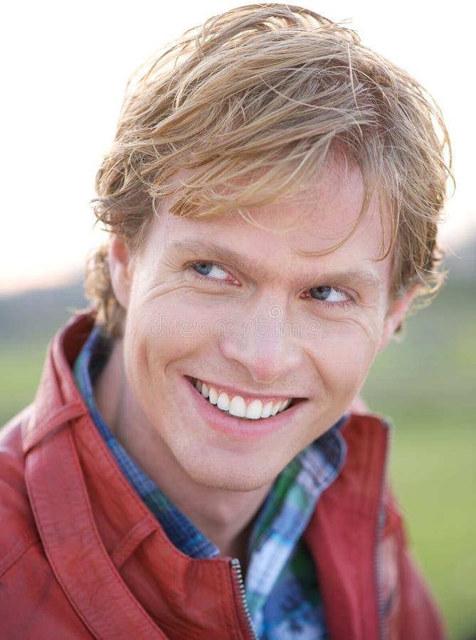 Retrato de um sorriso considerável do homem novo imagens de stock royalty free