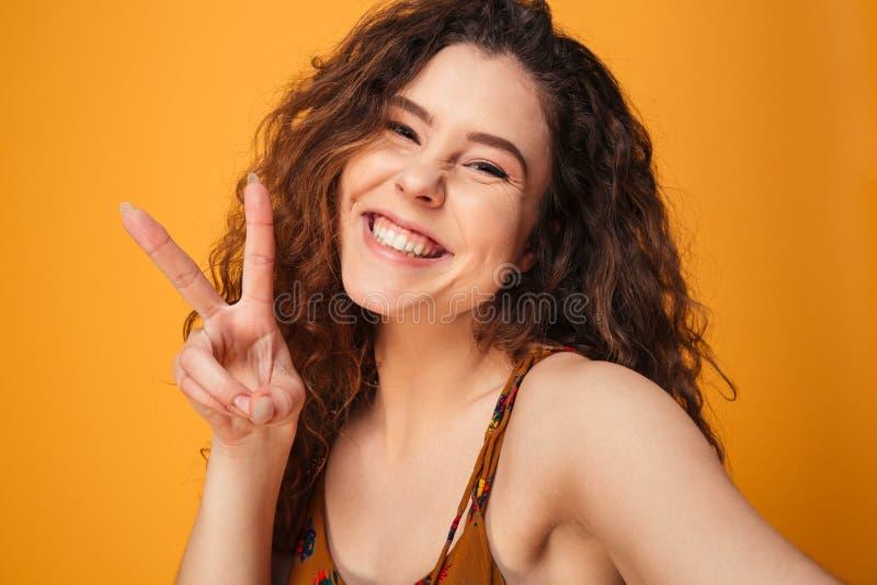 Feche acima do retrato de uma menina de cabelo encaracolado feliz imagem de stock royalty free