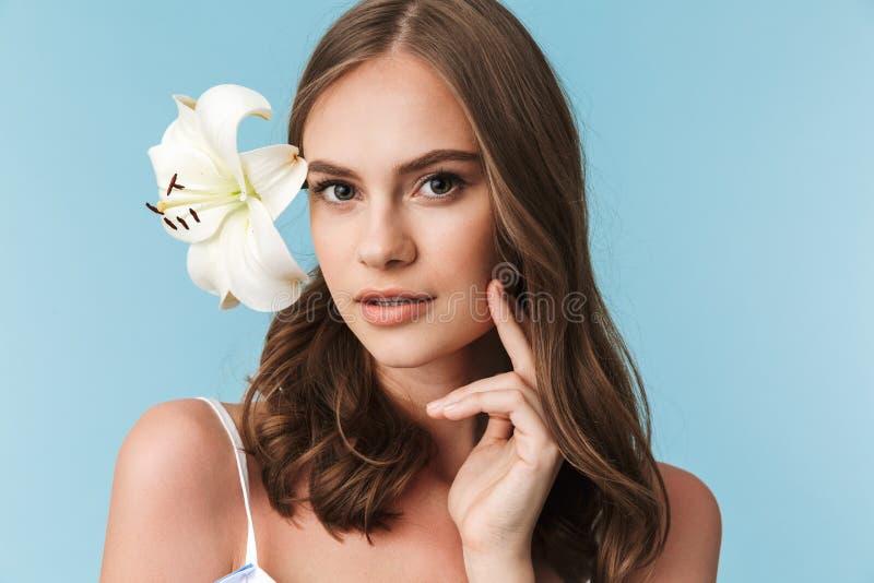Feche acima do retrato de uma moça bonita com flor do lírio fotos de stock royalty free