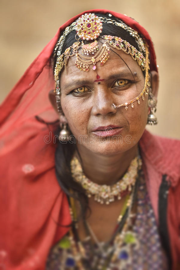 Feche acima do retrato de uma mulher aciganada de Bopa de Jaisalmer