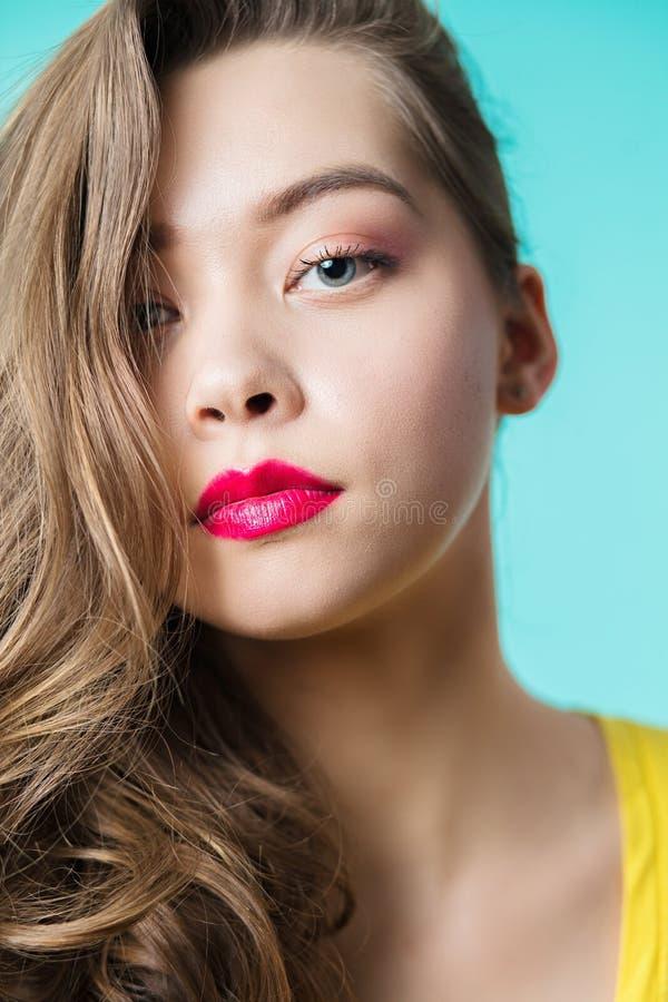 Feche acima do retrato de uma mulher bonita que olha a câmera fotografia de stock royalty free