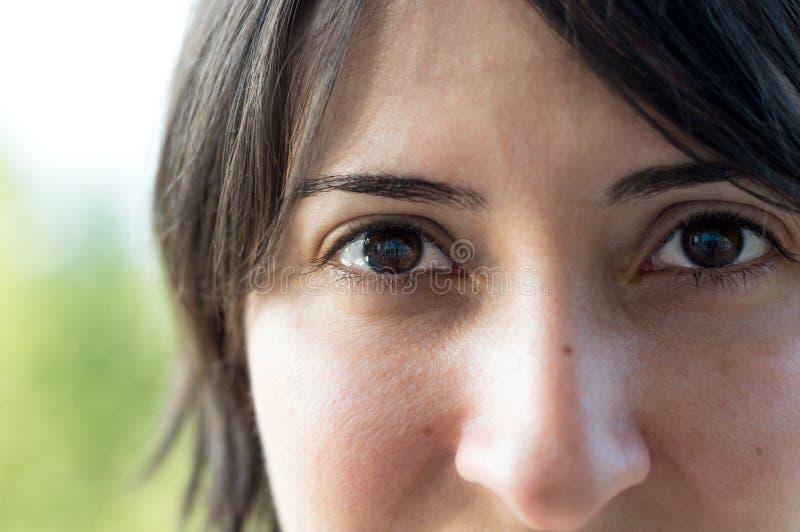 Feche acima do retrato de uma mulher caucasiano moreno nova bonita com pele limpa saudável fotografia de stock royalty free