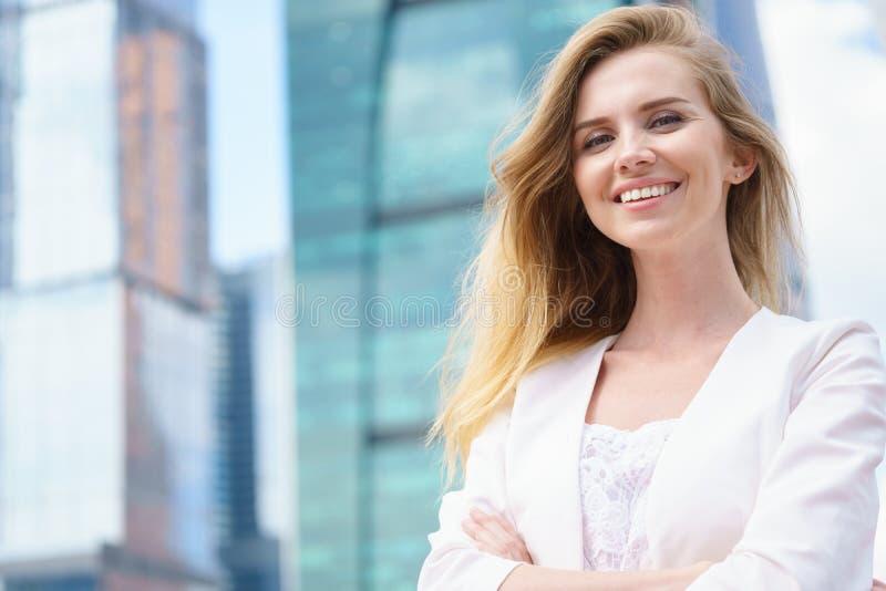 Feche acima do retrato de uma mulher de negócio exterior fotos de stock royalty free