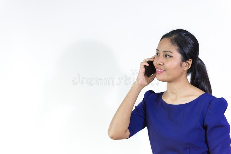 Feche acima do retrato de uma mulher entusiasmado feliz que fala no pho móvel fotografia de stock royalty free