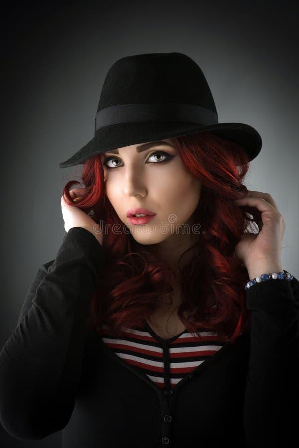 Feche acima do retrato de uma mulher nova bonita do ruivo fotos de stock royalty free