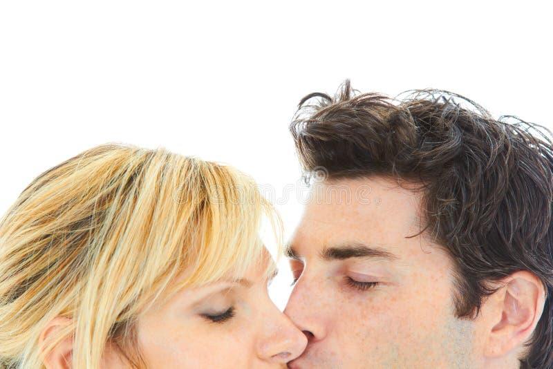 Feche acima do retrato do beijo novo dos pares fotografia de stock