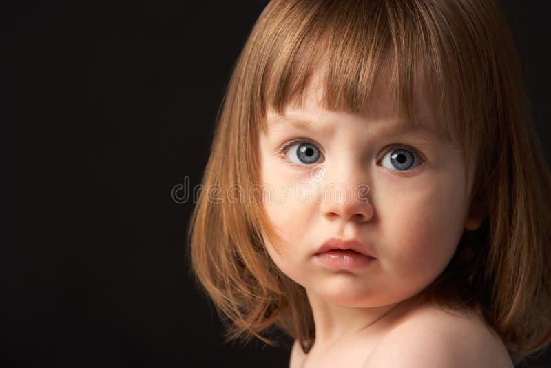 Feche acima do retrato do estúdio da rapariga triste fotografia de stock royalty free