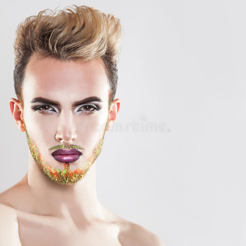 Feche acima do retrato do homem bonito com pele saudável, composição e fotografia de stock