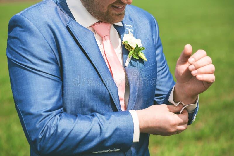 Feche acima do retrato do noivo no terno azul imagem de stock