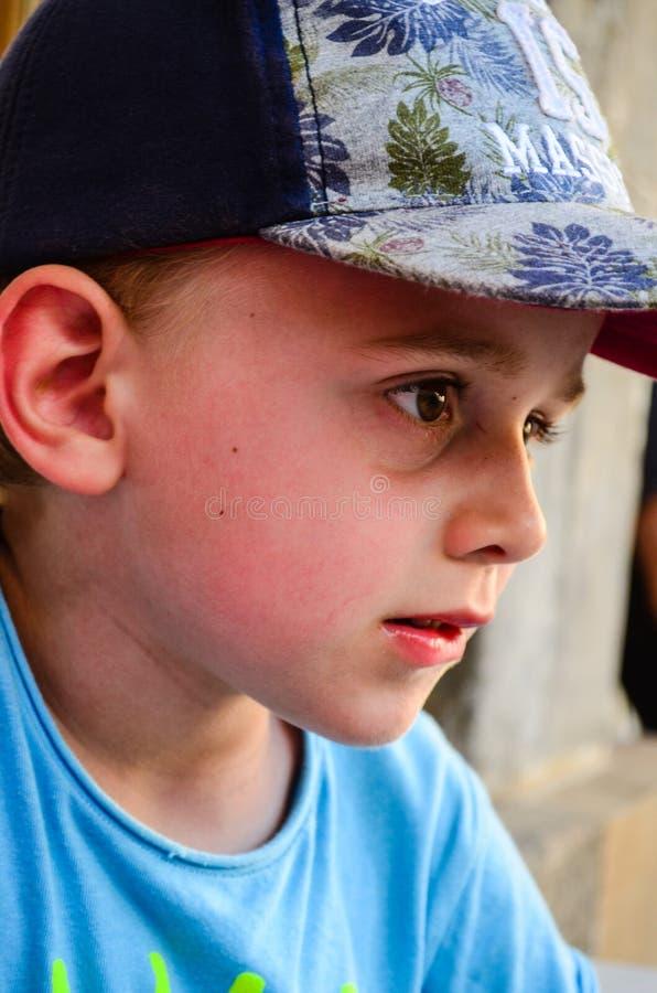 Feche acima do retrato do rapaz pequeno triste imagem de stock