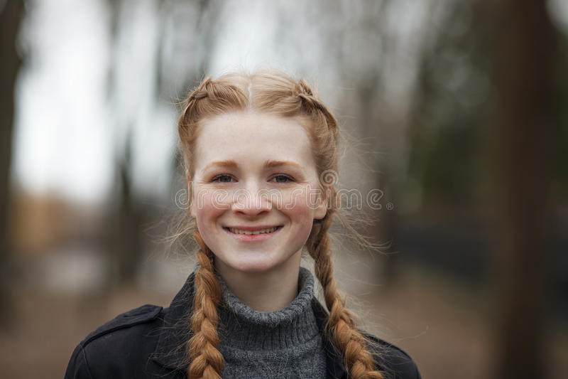 Feche acima do retrato emocional da mulher bonita feliz com o cabelo das tranças do vermelho e a composição natural que vestem o  fotografia de stock