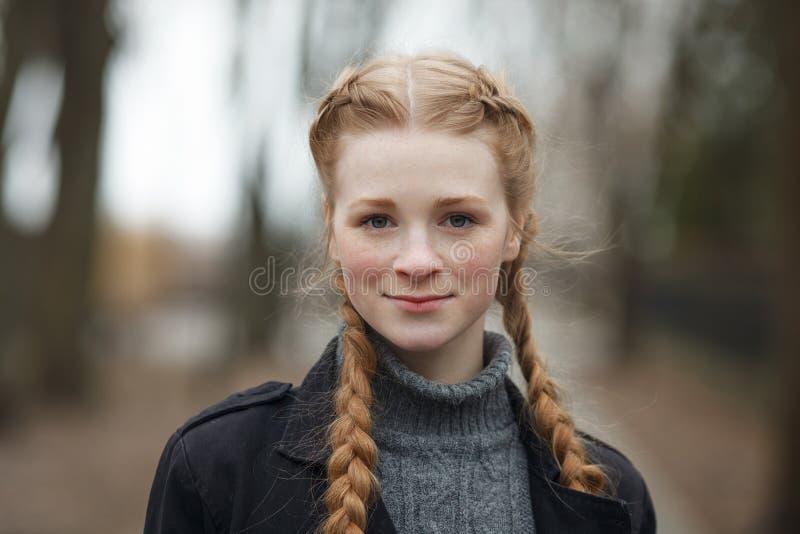 Feche acima do retrato emocional da mulher bonita feliz com o cabelo das tranças do vermelho e a composição natural que vestem o  fotos de stock royalty free