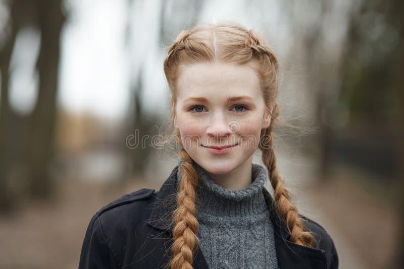 Feche acima do retrato emocional da mulher bonita feliz com o cabelo das tranças do vermelho e a composição natural que vestem o  fotografia de stock royalty free