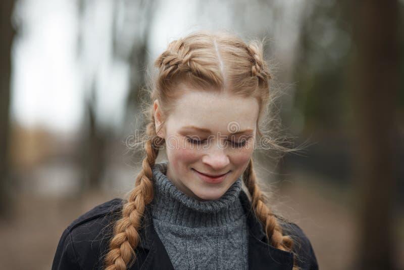 Feche acima do retrato emocional da mulher bonita feliz com o cabelo das tranças do vermelho e a composição natural que vestem o  fotos de stock