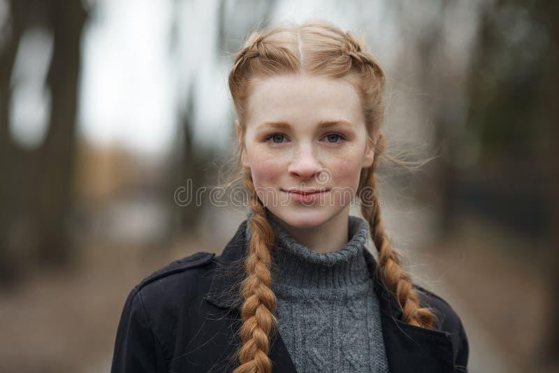 Feche acima do retrato emocional da mulher bonita feliz com o cabelo das tranças do vermelho e a composição natural que vestem o  imagem de stock